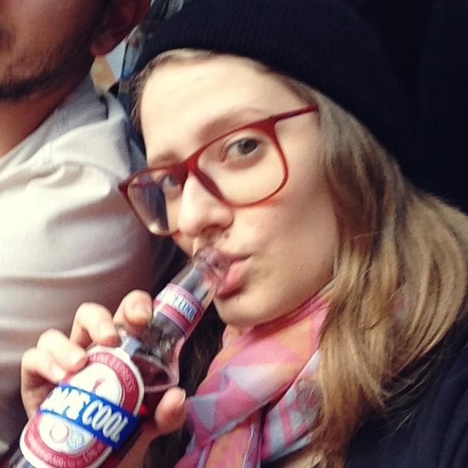julia-rolim-bebendo