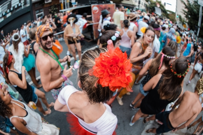 carnaval-de-rua-mulheres-feminismo-uma-mina-ajuda-a-outra-sororidade-carnival-brasil-2017
