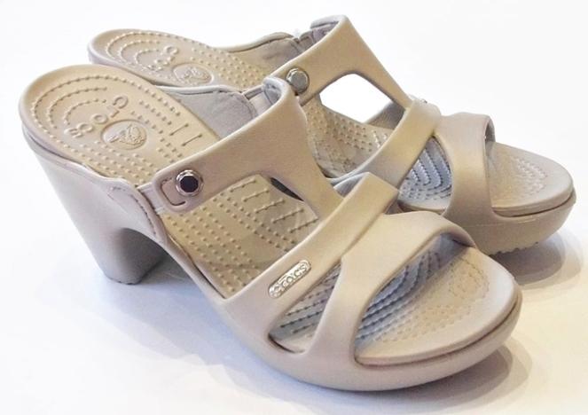sandalia crocs com salto polêmica design moda fashion 2018 go fashion cruzeiro do sul 03 Crocs Cyprus V Heel platinum